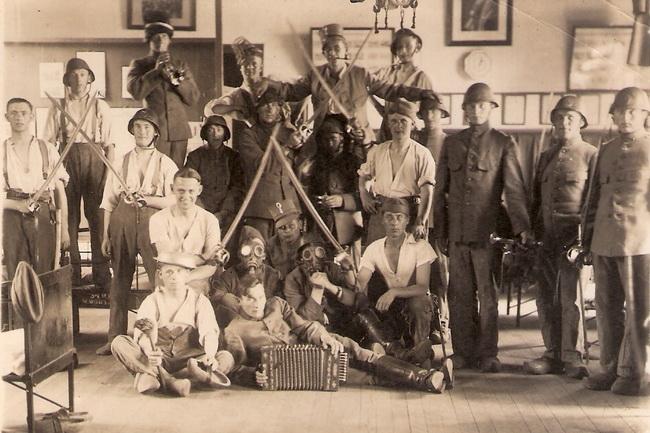 1933-1 Pa met trompet bij Huzaren van Boreel te Deventer