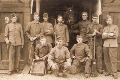 1933-3 Pa rechts_met groep bij Huzaren van Boreel te Deventer