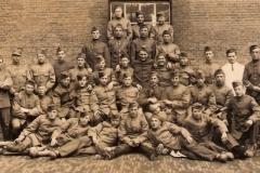 1933-4 Pa midden 2e rij_met groep bij Huzaren van Boreel te Deventer