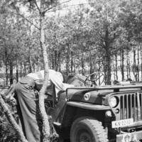 1953_07-zomer-Jo-jeep-leger