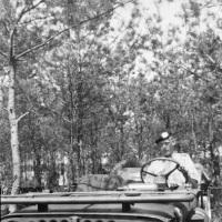 1953_07-zomer-achter-stuur-Jeep