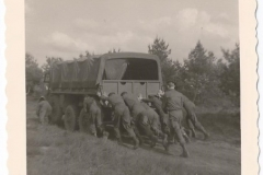 1961   102 RHB eskadron van Alarm Pinksteren  spel DAF duwen
