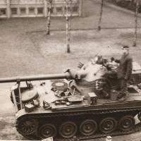 Foto 1968-14 AMX tanks voor het Legeringsgebouw 11 ZVE Oranje k