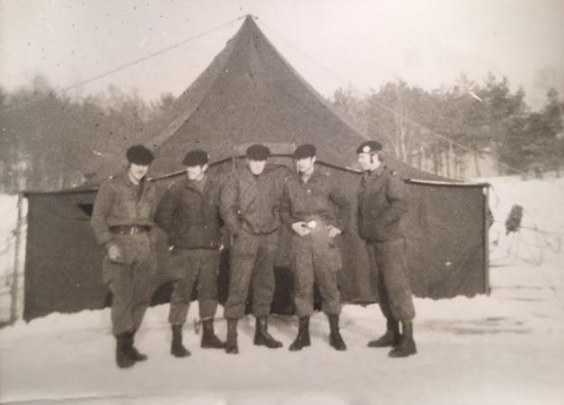 in de sneeuw voor de tent; van links naar rechts Peter Tilburgs, Piet ......., 1 weet ik niet meer, Ed Belovics, Jan Rombout