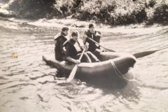 in de opblaasbare boot; van links naar recht  weet ik niet meer, Jan Rombout, Peter Tilburgs
