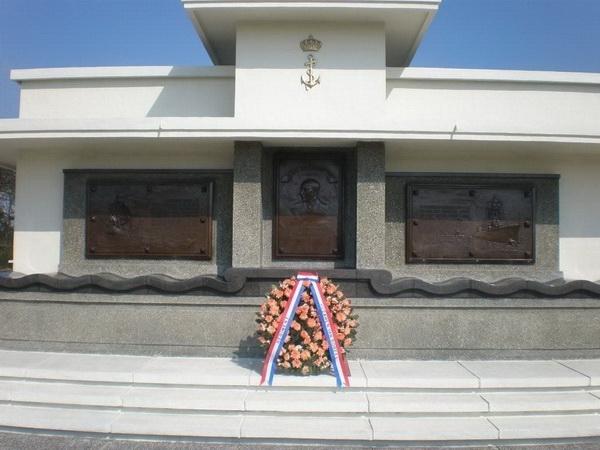 6. Marine monument met Schout bij nacht Karel Doorman op de achtergrond